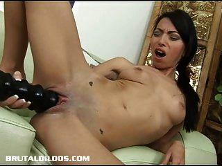 एक विशाल dildo के साथ उसे बिल्ली भरने खूबसूरत बेब वेरोनिका