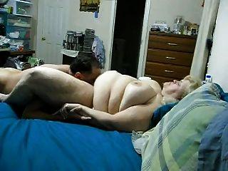 बीबीडब्ल्यू पत्नी बिल्ली पाला और स्तन पर सह हो जाता है