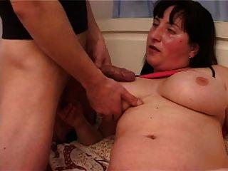 मोटा स्तन, बालों वाली योनी और लड़के के साथ मोटा माँ