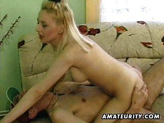 गर्म गोरा शौकिया milf sucks और स्तन पर सह के साथ fucks