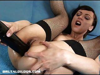छोटे बालों वाली रूसी एक क्रूर dildo के साथ उसके गधे को भरने