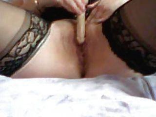 पत्नी थोड़ा dildo के साथ खेल रहा है