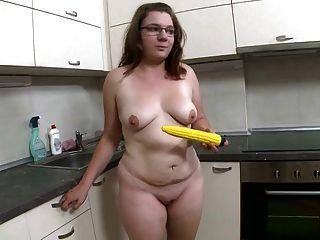 वसा लड़की स्ट्रिप्स और fucks पीले dildo
