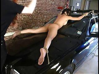 एक कार के साथ बंधे हुए मिका तन का वर्चस्व था