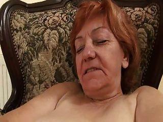 बूढ़ी औरत पागलपन से उसे बालों बिल्ली रगड़