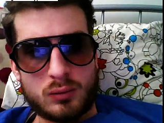 गर्म यूरोपीय आदमी अपने मुर्गा wanking और चश्मा पहनने