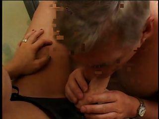 सेक्स खिलौना पट्टा के साथ एक सेक्सी लड़की और बाथरूम पर सेक्स खिलौना चूसने वाला एक आदमी