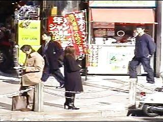 जापानी अपमान सार्वजनिक चेहरे सह पैदल