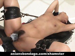एशियाई बेब बंधन और बकवास एक कमबख्त मशीन द्वारा