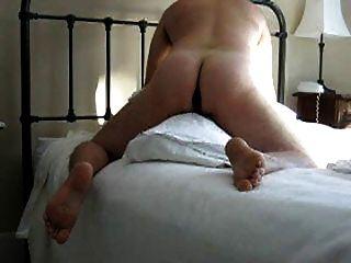 गधे में dildo के साथ तकिया कूबड़ (और कंडोम से सह खा)