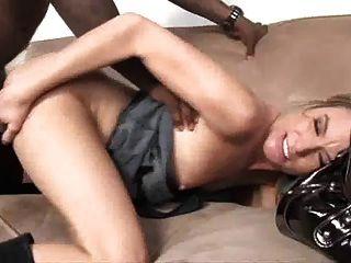 प्यारा गोरा गर्मियों में एक काले लड़का उठा