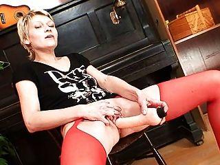 सुनहरे बालों वाली लालसा में लाल मोज़ा में किंकी dildo कार्रवाई