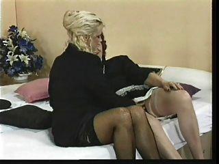 खिलौने के साथ दो पुराने lesbo महिलाओं