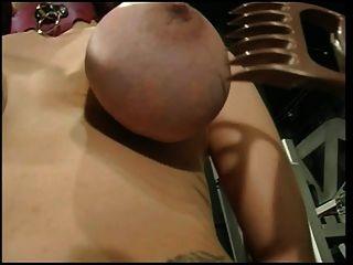 बड़े स्तन आकर्षक हो जाता है उसके स्तन उसे गुरु द्वारा छेड़ा