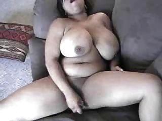बड़े titties स्वयं उसे बिल्ली सेवारत के साथ काले मामा