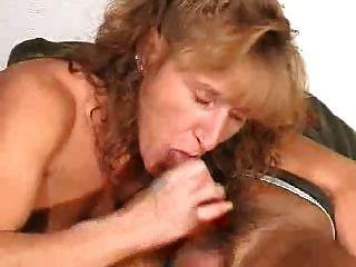 परिपक्व मुंह में सह शॉट के साथ एक blowjob देता है