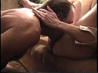 पत्नी ने सोफे पर गड़बड़ कर दिया (edquiss द्वारा)