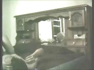 पत्नी कॉलीन एक मुर्गा की सवारी और सह का एक भार निगल रहा है