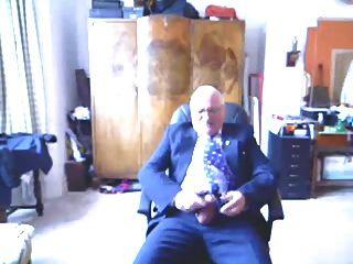 वृद्ध पुरुषों ने अपने सूट पर गोली मार दी