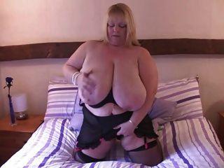 BBW विशाल स्तन ब्रिटिश गोरा उंगलियां बिस्तर पर