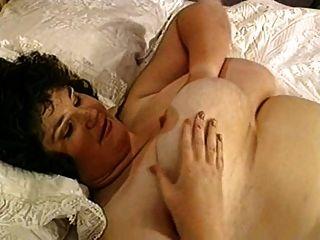 बिस्तर पर बड़े स्तन के साथ plumper