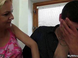 पत्नी में आती है और उसकी बीएफ उसे माँ fucks देखता है