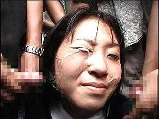 जापानी लड़की को सार्वजनिक में एक बक्के प्राप्त करता है