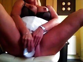 सींगदार परिपक्व महिला dildo के साथ आनंद मिलता है