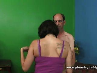 दादा छोटे स्तन के साथ एक पतली फूहड़ fucks
