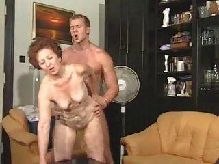 दादी Susanne कमबख्त युवा आदमी