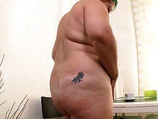 मोटा लड़की काले dildo के साथ masturbates