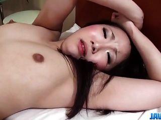yuu Sakura श्यामला मॉडल उसकी योनि में वसा डिक आनंद मिलता है