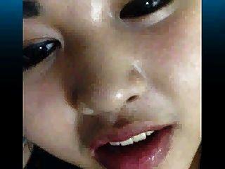 सींग का बना एशियाई फूहड़ लगभग उसकी माँ द्वारा पकड़ा