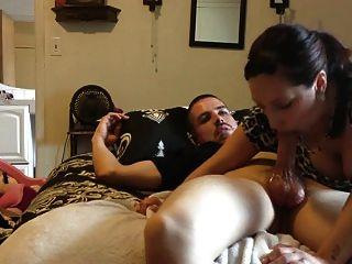 लैटिना उसे आदमी एक सिर देता है (blowjob)