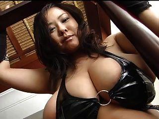 लेटेक्स में विशाल बड़े स्तन के साथ एशियाई