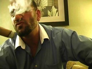 गर्म मांसपेशियों के हंक धूम्रपान सिगार और जैकिंग