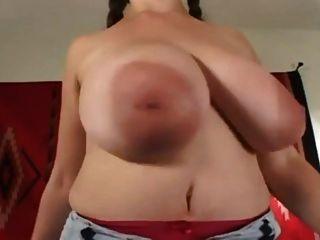 denise उसके बड़े स्तन के साथ खेलता है