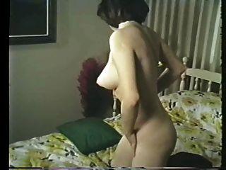 नुकीले स्तन और फिशनेट स्टॉकिंग्स