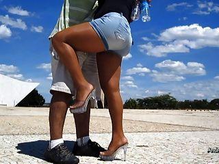 एक सनी दिवस में पैंटोहाज़ पैर