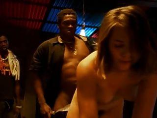 ब्राजीलियाई व्यभिचारी पति अपनी पत्नी को गैंगबैंग कर रही देखता है
