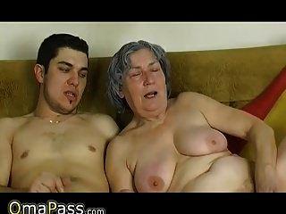 omapass युवा लड़के उसकी प्रेमिका के साथ बहुत पुराने दादी बकवास