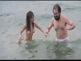 समुद्र तट पर स्पेनिश फिल्म नग्न अभिनेत्री
