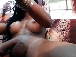 बड़े स्तन के साथ अंधेरे त्वचा tranny, स्ट्रोक उपकरण