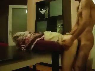 अरब शौकिया लड़की मेज पर पीछे से मिलता है