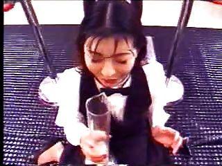 जापानी लड़की सह के एक बहुत पीता है