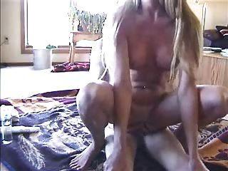 शौकिया पत्नी अपने आदमी को सवारी और खिलौना lostfucker के साथ खेलते हैं