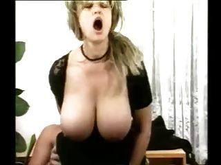 हॉट जर्मन महिला मोज़ा में और लैस शरीर fucked