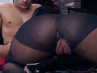 भूरे काले पैन्टीज़ में फर्श पर कमबख्त