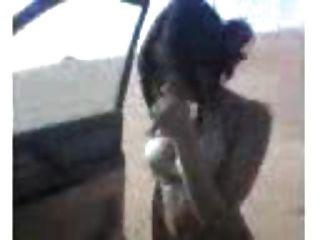 ब्रा के साथ रेगिस्तान में संपूर्ण शरीर के साथ अरबी लड़की