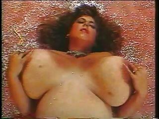 उसके स्तन के साथ परिपक्व खेल परिपक्व